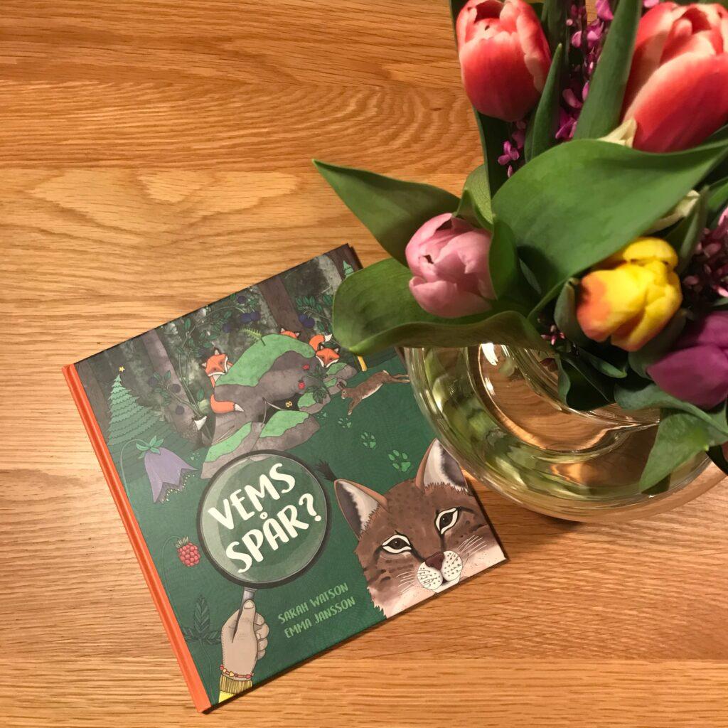 """Bilderboken och faktaboken """"Vems spår?"""" av Sarah Watson och Emma Jansson, Triumf förlag."""