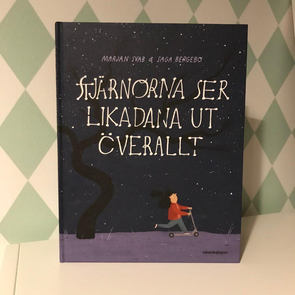 Stjärnorna ser likadana ut överallt av Marjan Svag och Saga Bergebo. Bilderbok om flykt.