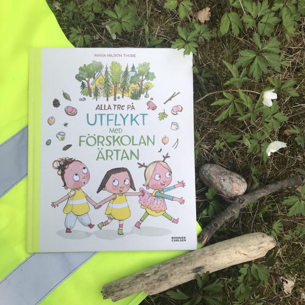 """Bilderbok. Boktips barn. """"Alla tre på utflykt med förskolan Ärtan"""" av Maria Nilsson Thore."""