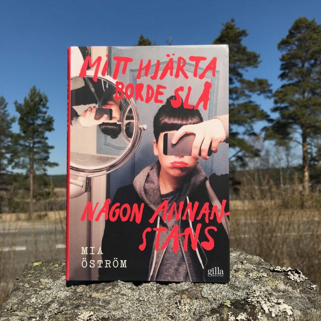 """Ungdomsboken """"Mitt hjärta borde slå någon annanstans"""" av Mia Öström rekommenderas varmt."""