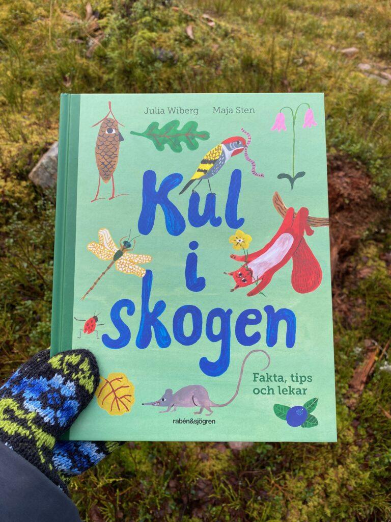 Boktips för dig som vill ut i naturen. Kul i skogen av Julia Wiberg och Maja Sten.