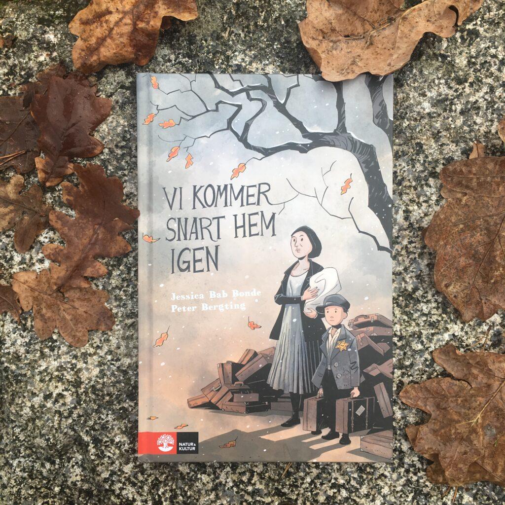 Böcker om Förintelsen för barn och unga. Vi kommer snart hem igen av Jessica Bab Bonde och Peter Bergting.